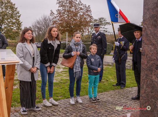 Lecture par les jeunes des Morts pour la France (Gilbert Grimaud, Président des Anciens combattants à dr.). Commémoration de l'Armistice du 11 novembre 1918 et hommage rendu à tous les morts pour la France, ce lundi 11 novembre 2019 à Cénac (Gironde).
