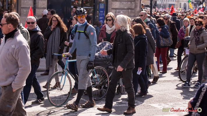 14h51 Vélos, poussettes, skates, mais pas de trotinette. Manifestation intersyndicale de la Fonction publique/cheminots/retraités/étudiants, place Gambetta, Bordeaux. 22/03/2018