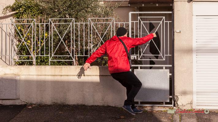 """Fred, """"Noël Folly"""" qui fait de la percussion; Regards en biais, Cie La Hurlante, Hors Jeu / En Jeu, Mérignac. Samedi 24 novembre 2018"""