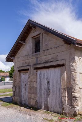 Petit habitat vernaculaire. Local / garage pour la pompe à incendie ou le corbillard ? Avenue de la République, Cénac, Gironde. 13/05/2018