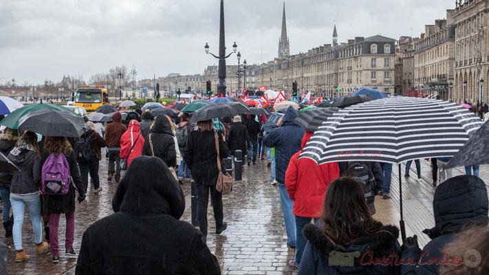 15h14, sur les quais de Bordeaux, à nouveau sous la pluie, les manifestants avancent plombés par un avenir incertain !