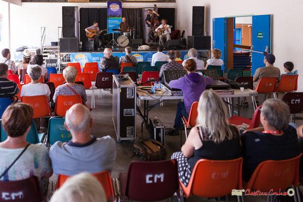 A la sonorisation, Charlotte Leric module la réverbération du lieu. Festival JAZZ360 2018, Camblanes-et-Meynac. 09/06/2018