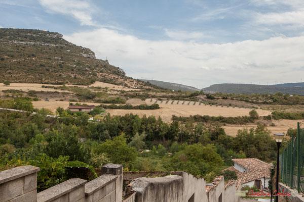 Ermita de la Trinidad (au sommet à gauche), Acantilados de la Piedra y San Adrián, depuis Lumbier, Navarra