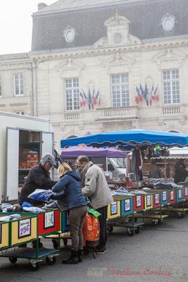 Vêtements de travail ou vêtements festifs, le chaland trouve tout sur le marché de Créon, Gironde