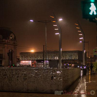 Vert, extérieur nuit, sous la pluie. Aménagement du parvis multimodal de la Gare Saint-Jean, Bordeaux : agence Brochet Lajus Pueyo