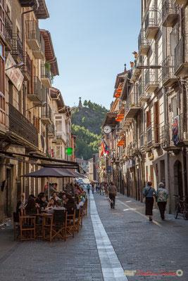 18h45, les habitants viennent en terrasse des bars à tapas. Calle Mayor, Sangüesa, Navarra