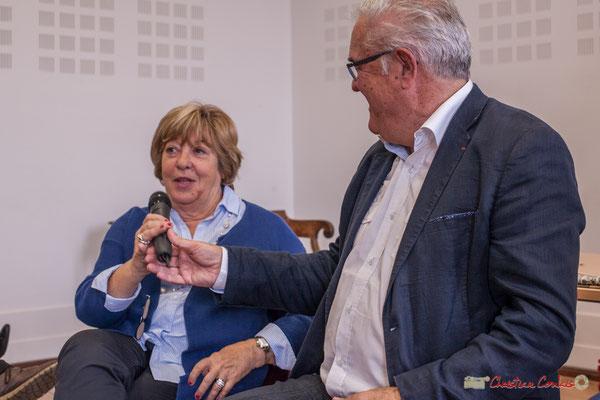 """Jean-Marie Darmian tend le micro à Françoise Cartron. Sortie et dédicace du livre """"Le jour où..."""" de Jean-Marie Darmian, Créon. 14/10/2017"""