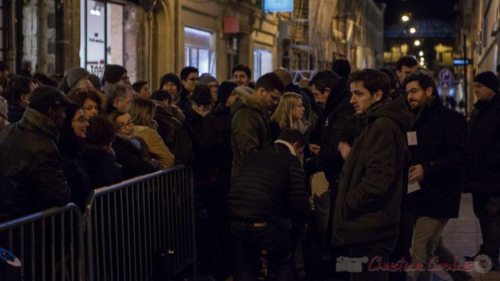 Dès 18h30, la foule s'amasse devant le Fémina pour assister à la réunion électorale de Benoît Hamon. Bordeaux. 2