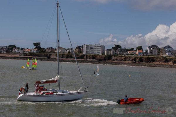 Remorquage d'un bateau de plaisance à l'entrée des ports de Saint-Gilles-Croix-de-Vie, Vendée, Pays de la Loire