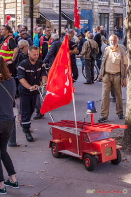 Sirène hurlante et pétards, les pompiers C.G.T. du S.D.I.S. arrivent. Manifestation intersyndicale de la Fonction publique, place Gambetta, Bordeaux. 10/10/2017