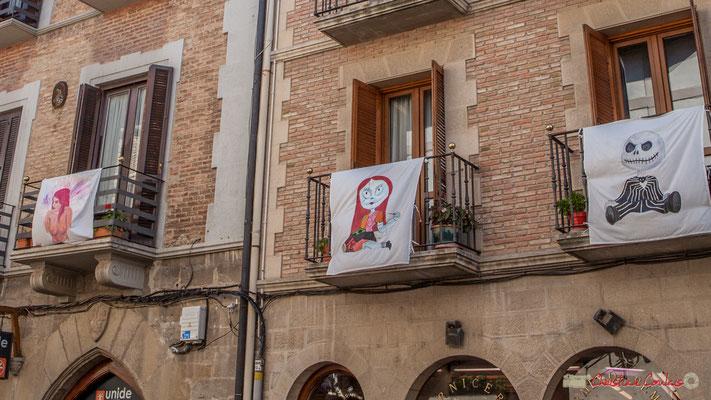 Détail des peintures sur tissus qui ornent les façades. Sangüesa, Navarra