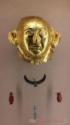 Masque de Khâemouaset (?). Or, cornaline, amazonite. Pectoral en forme de faucon. Amulette Tit au nom de Khâemouaset. Amulette de cœur. Saqqara; Sérapéum; petits souterrains. Nouvel empire, XIXème dynastie, règne de Ramsès II. Musée du Louvre