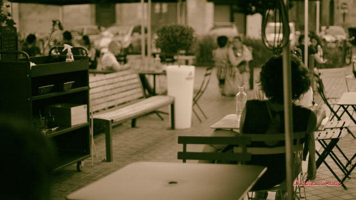 """""""Soir d'été déconfiné, tête à tête, terrasse du Poggetti"""" Quartier Saint-Michel, Bordeaux. Mercredi 24 juin 2020. Photographie © Christian Coulais"""
