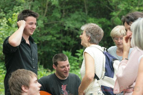 Hugo Raducanu rencontre son ancienne institutrice de maternelle, Maryse Mensencal. Randonnée Jazzy organisée par A.L.I.C.E., Citon-Cénac. 04/06/2011