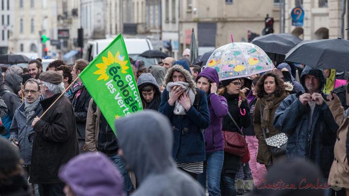14h51, les parapluies de Bordeaux fleurissent avec Europe Ecologie les Verts. Place Gambetta