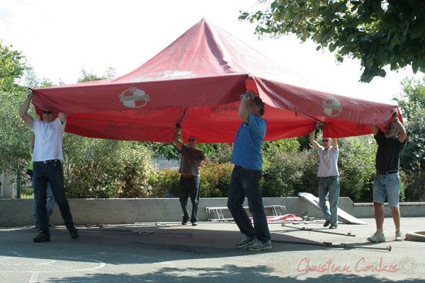 Déplacement de la buvette par les bénévoles. Festival JAZZ360, Les coulisses du Festival à Cénac. 03/06/2011