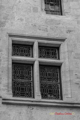 Fenêtre à meneaux. Cité médiévale de Saint-Macaire. 28/09/2019. Photographie © Christian Coulais