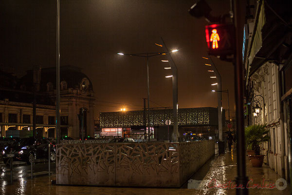 Rouge, extérieur nuit, sous la pluie. Aménagement du parvis multimodal de la Gare Saint-Jean, Bordeaux : agence Brochet Lajus Pueyo