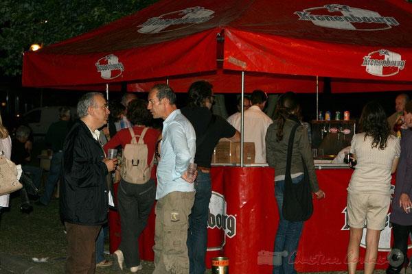 Après-concert de Roger Biwandu Quintet. C'est le coup de feu à la buvette. Festival JAZZ360, Cénac. Vendredi 3 juin 2011