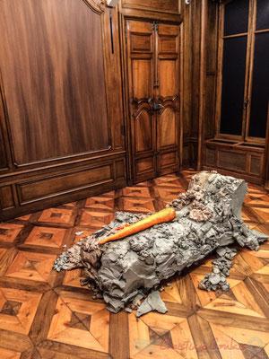 2 Urs Fischer 4, 2014. Bronze moulé, peinture à l'huile, feuille d'or, bol d'Arménie, apprêt acrylique, enduit à base de craie, colle de peau de lapin. Fondation Vincent van Gogh, Arles
