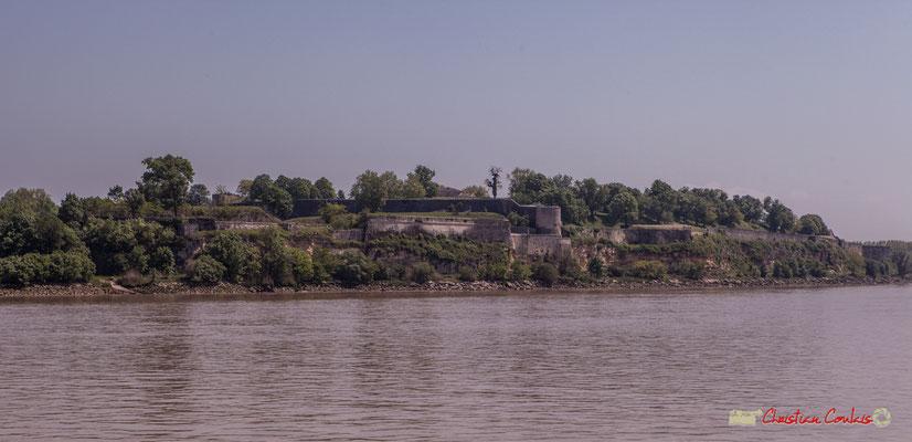 À l'ouest, la falaise surplombant la Gironde renforce encore les fortifications de la citadelle de Blaye. Estuaire de la Gironde. 06 /05/2018