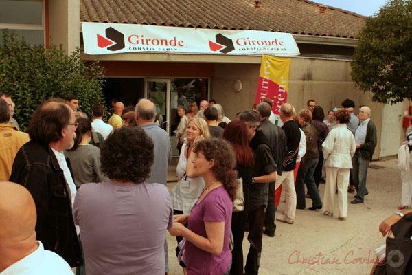 Attente des spectateurs, avant l'entrée dans la salle culturelle. Roger Biwandu Quintet. Festival JAZZ360, Cénac. 03/06/2011