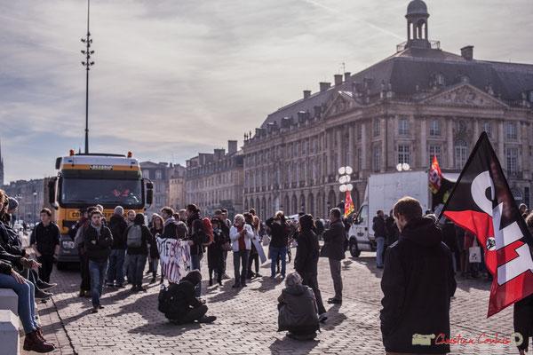 Sitting des militants CNT quai du Maréchal Lyautey. Manifestation intersyndicale contre les réformes libérales de Macron. Place de la bourse, Bordeaux, 16/11/2017