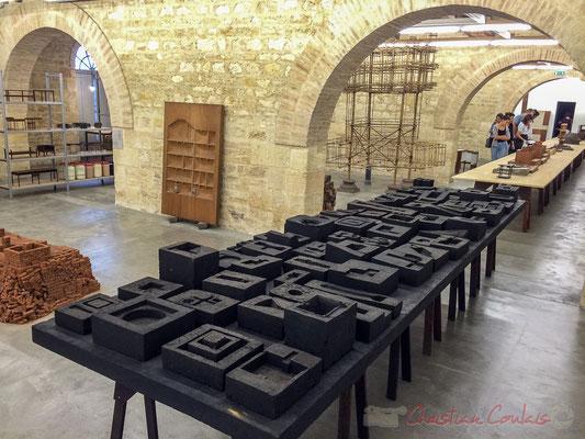 83 maquettes moulées en goudron. Expérimentation. Studio Mumbai / arc en rêve Bordeaux