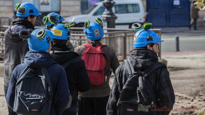 """14h47, Six hommes et femmes, Solidaires, au casque bleu et protège-oreille : """"Rendons coups pour coûts"""". Place Gambetta"""