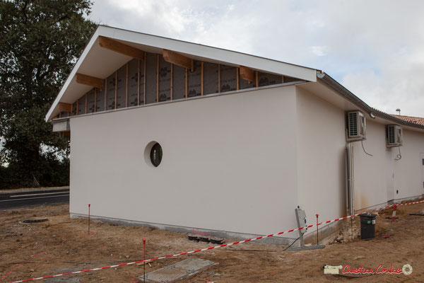 Face est. Les bâtiments sont pratiquement terminés, reste la voirie. Réalisation de locaux commerciaux, avenue de la République à Cénac. 11/10/2012
