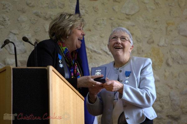 Rires. Françoise Cartron, Vice-présidente du Sénat remet à Suzette Grel la Médaille d'Or du Sénat. 7 février 2015, Le Pout