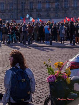 """""""Dites avec des fleurs"""" Manifestation contre la loi Sécurité globale. Samedi 28 novembre 2020, place de la Bourse, Bordeaux. Photographie © Christian Coulais"""