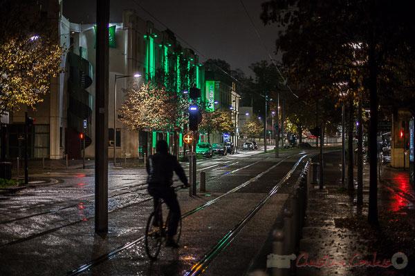 Extérieur nuit, cycliste sous la pluie, rue de Tauzia, Bordeaux
