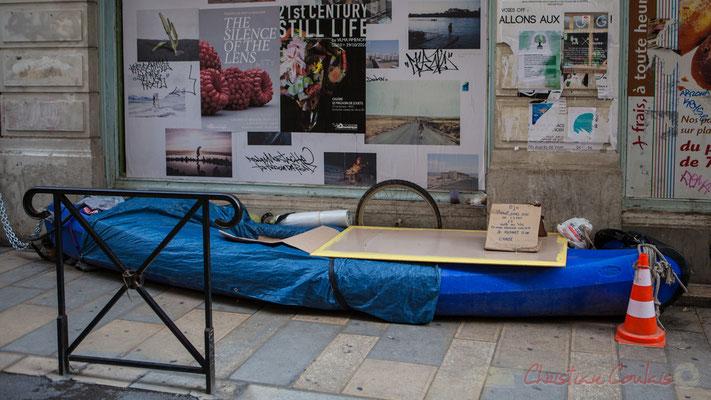 """36 Bleu canoé. """"Bjr vivant sans aide de l'état et suite au vol de mon premier voilier je repart d'un canoé"""". Rue de Arles"""