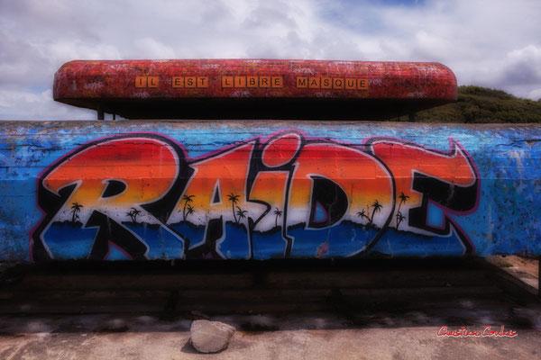 """Graffs """"Il est libre masque"""" & """"Raide"""" Bunker, batterie des Arros, mur de l'Atlantique, Soulac-sur-Mer. Samedi 3 juillet 2021. Photographie © Christian Coulais"""