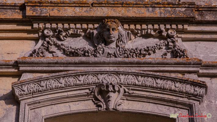 Fronton d'une porte latérale du château. Langoiran. 07/06/2018