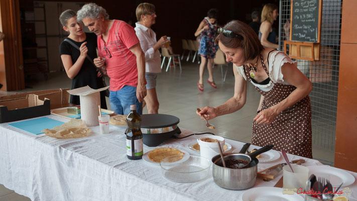 Atelier crêpes en pleine activité, avec Maryse et José. Concert de soutien des Insoumis de la 12ème circonscription de la Gironde. 28/05/2017, Targon