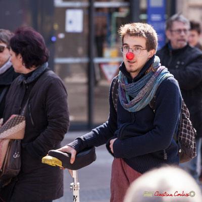 14h28 Clown et son monocycle. Manifestation intersyndicale de la Fonction publique/cheminots/retraités/étudiants, place Gambetta, Bordeaux. 22/03/2018