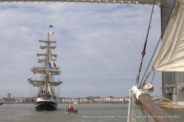 A Le Belem poursuit sa voix navigable vers les quais ou l'attendent des milliers de spectateurs. Bordeaux, samedi 16 mars 2015