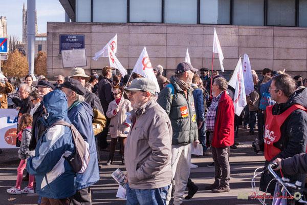 Des gens, jeunes, vieux, plus ou moins résignés. Manifestation intersyndicale contre les réformes libérales de Macron. Cours d'Albret, Bordeaux, 16/11/2017