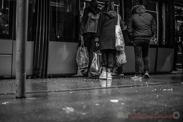 Extérieur nuit, sous la pluie, tramway, ligne C, usagers montent dans le compartiment, rue Charles Domercq, Bordeaux