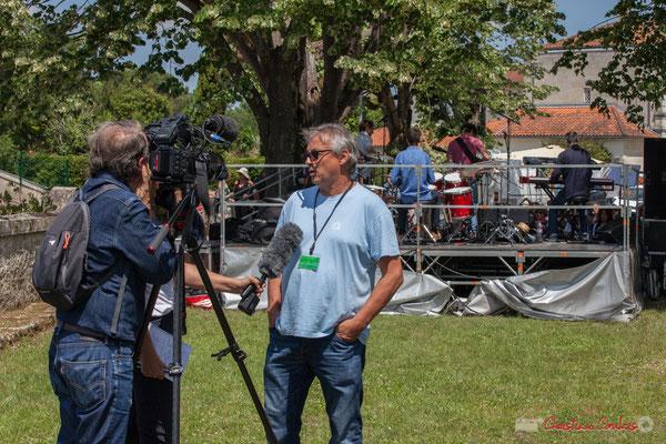 Richard Raducanu, Président de JAZZ360 est interviewé par Marie Neuville, journaliste et Marc Lasbarres au cadrage. Tom Ibarra Group. Festival JAZZ360, 10 juin 2017, Camblanes-et-Meynac