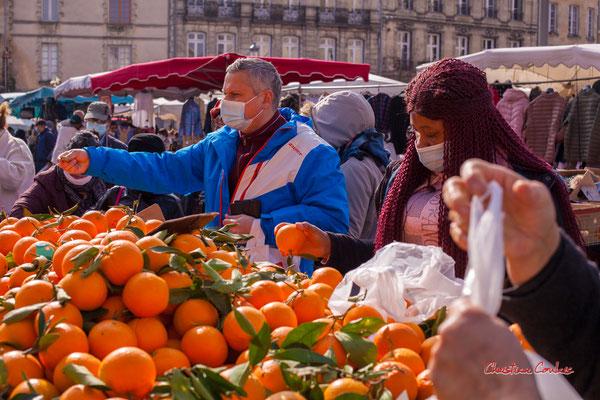 """1/3 """"Etal de fruits et légumes"""" Marché Saint-Michel, Bordeaux. Samedi 6 mars 2021. Photographie © Christian Coulais"""