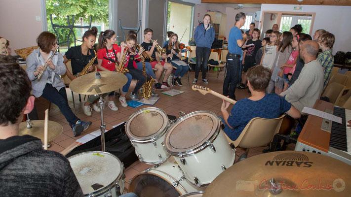 Répétition entre la Chorale jazz de l'école primaire de Le Tourne et le Big Band Jazz du collège de Monségur. Festival JAZZ360 2016