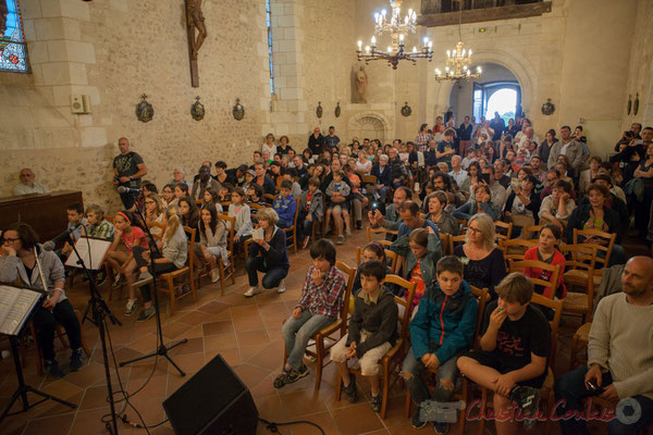 Un large public, parents, amis, admirent le travail de Caroline Turtaut, réalisé durant ces temps d'Accueil Périscolaire à Cénac