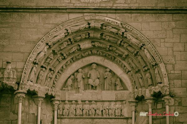 Tympan et linteau du portail de l'église Saint-Sauveur, cité médiévale de Saint-Macaire. 28/09/2019. Photographie © Christian Coulais