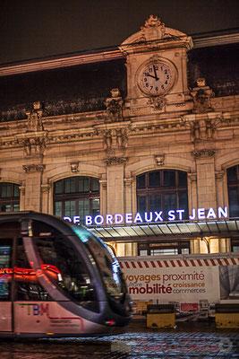 Tramway ligne C devant la façade principale de la Gare Saint-Jean, en cours de rénovation. Bordeaux