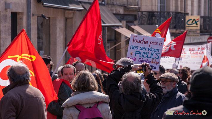 """14h16 """"Touche pas à nos services publics"""" Manifestation intersyndicale de la Fonction publique/cheminots/retraités/étudiants, place Gambetta, Bordeaux. 22/03/2018"""