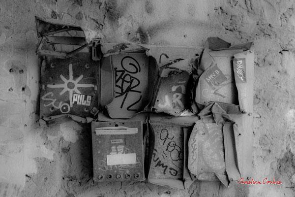 """3/4 """"Ex-boîtes à lettre non compressées"""" Quartier Saint-Michel, Bordeaux. Mercredi 24 juin 2020. Photographie © Christian Coulais"""