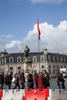 """15h03, place Louis-Urbain Aubert, marquis de Tourny, baron de Nuly, intendant de Guyenne. Pas de vent pour le drapeau """"No Pasaran"""""""